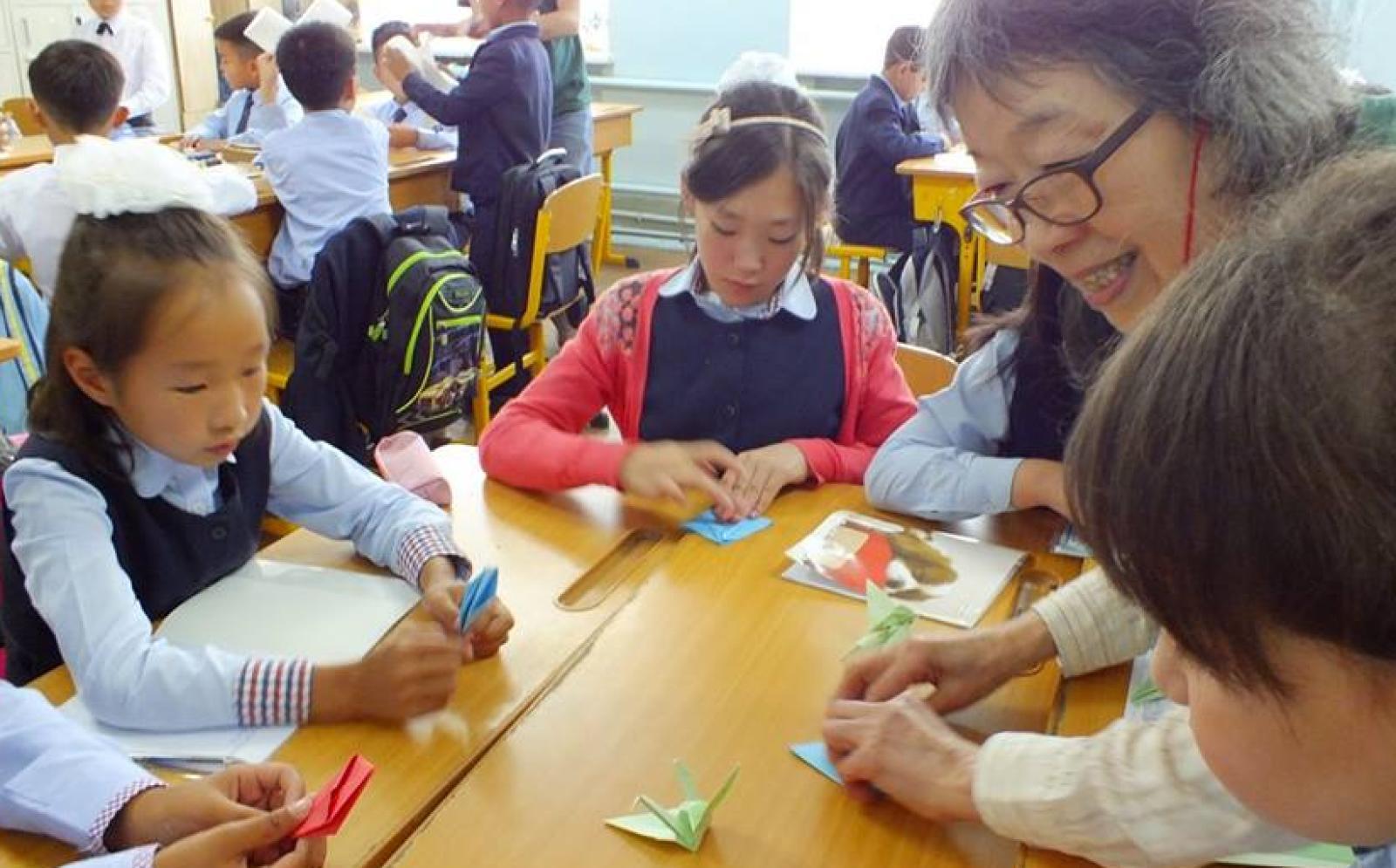 モンゴルの学校で子供たちに折り紙を教える日本人チャイルドケアボランティア